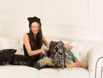 Młoda kobieta na kanapie Zdjęcia Stock