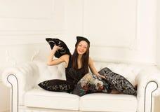 Młoda kobieta na kanapie Zdjęcia Royalty Free
