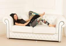 Młoda kobieta na kanapie Obraz Royalty Free
