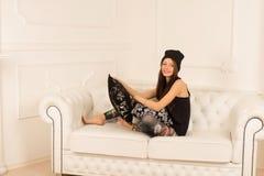 Młoda kobieta na kanapie Zdjęcie Royalty Free