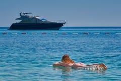 Młoda Kobieta na Nadmuchiwanej materac przy morzem Zdjęcia Royalty Free