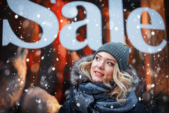 Młoda kobieta na sklepowym nadokiennym tle Zdjęcie Royalty Free