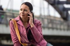 Młoda kobieta na telefonie Obrazy Royalty Free