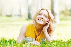 Młoda Kobieta na trawie Zdjęcie Stock