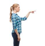 Młoda kobieta naciska imaginacyjnego guzika Fotografia Royalty Free