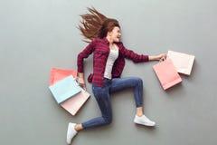Młoda kobieta odgórny widok na popielatym bieg z torbami zdjęcia royalty free