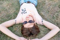 M?oda kobieta odpoczywa na trawie cieszy si? wiosn? zdjęcie stock