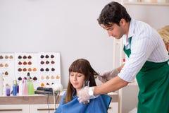 M?oda kobieta odwiedza m?odego przystojnego fryzjera m?skiego obrazy royalty free