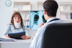 Młoda kobieta odwiedza radiologa dla promieniowanie rentgenowskie egzaminu Obraz Royalty Free