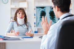 Młoda kobieta odwiedza radiologa dla promieniowanie rentgenowskie egzaminu Zdjęcia Stock