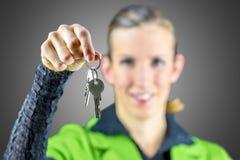 Młoda kobieta oferuje ci domowych klucze Fotografia Stock