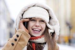 Młoda kobieta opowiada na telefonie Obrazy Royalty Free