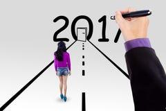 Młoda kobieta patrzeje drzwi 2017 i liczby Obraz Stock