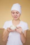 Młoda kobieta pije herbaty po joga Zdjęcie Royalty Free