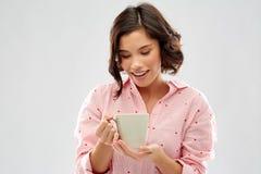 M?oda kobieta pije kaw? od kubka w pi?amie zdjęcie royalty free