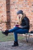 Młoda kobieta plenerowa Flirty spojrzenie Obraz Royalty Free
