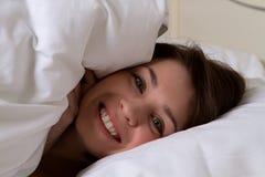 Młoda kobieta pod koc Obraz Stock
