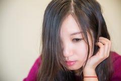 Młoda kobieta podporowy podbródek Obrazy Stock
