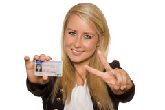 Młoda kobieta pokazuje jej kierowcy licencja Fotografia Royalty Free