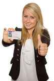 Młoda kobieta pokazuje jej kierowcy licencja Zdjęcie Stock