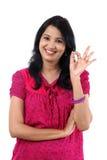Młoda kobieta pokazuje OK znaka Obrazy Stock