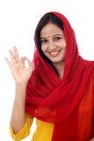 Młoda kobieta pokazuje OK znaka Obraz Royalty Free