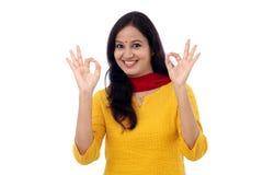Młoda kobieta pokazuje OK znaka Zdjęcia Royalty Free
