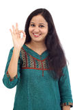 Młoda kobieta pokazuje OK znaka przeciw bielowi Zdjęcia Stock