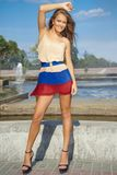 Młoda kobieta pozuje glamorously; moda model Obrazy Royalty Free