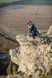 Młoda kobieta pozuje na wysokiej skale Zdjęcie Royalty Free
