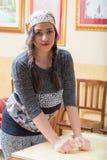 Młoda kobieta pracuje ciasto obraz royalty free