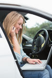 Młoda kobieta pracuje w kierowcy siedzeniu Obrazy Stock