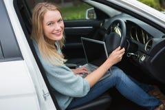 Młoda kobieta pracuje w kierowcy siedzeniu Obraz Royalty Free