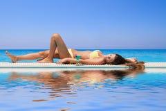 Młoda kobieta przy basenem Zdjęcie Royalty Free