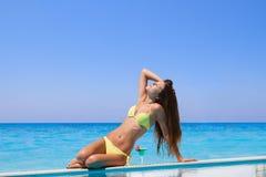 Młoda kobieta przy basenem Obrazy Royalty Free
