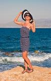 Młoda kobieta przy dennym brzeg Fotografia Royalty Free