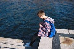 Młoda kobieta przy jeziorem Zdjęcie Royalty Free