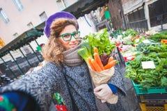 Młoda Kobieta przy warzywo rynkiem Zdjęcie Royalty Free