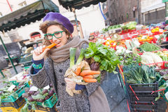 Młoda Kobieta przy warzywo rynkiem Zdjęcia Royalty Free