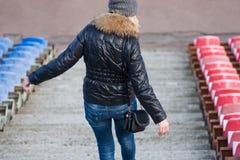 Młoda kobieta puszek schodki stadium Zdjęcie Stock