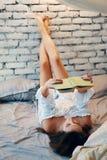 M?oda kobieta relaksuje na ? zdjęcie royalty free