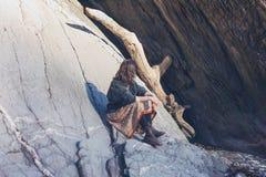 Młoda kobieta relaksuje na skale w naturze Obrazy Royalty Free