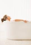 Młoda kobieta relaksuje w wannie Fotografia Stock
