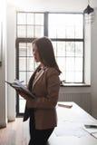 Młoda kobieta robi inwentarzowi firm dostawy Zdjęcie Stock