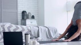 M?oda kobieta robi joga treningowi w domu zdjęcie wideo