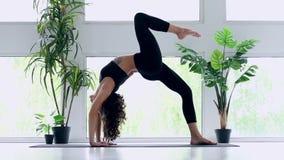 M?oda kobieta robi joga treningowi w domu zbiory wideo