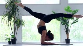 M?oda kobieta robi joga treningowi w domu zbiory