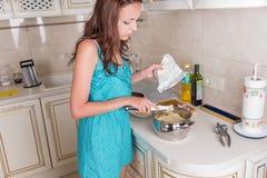 Młoda Kobieta Robi makaronowi w kuchni Zdjęcie Royalty Free