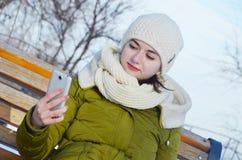 Młoda kobieta robi selfie w parku w zimie Zdjęcia Royalty Free
