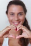 Młoda kobieta robi sercu Zdjęcie Royalty Free